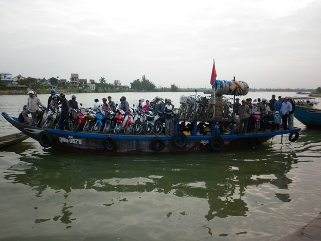 Photo-of-boat-carrying-motorcycles-vietnam